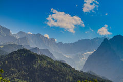 το σπάσιμο ΚΑΠ χιονοστιβάδων που αφέθηκε το βουνό την έτοιμη σωστή σκιά έλαμψε κορυφή χιονιού κλίσεων στην κορυφή Στοκ εικόνες με δικαίωμα ελεύθερης χρήσης