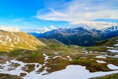 το σπάσιμο ΚΑΠ χιονοστιβάδων που αφέθηκε το βουνό την έτοιμη σωστή σκιά έλαμψε κορυφή χιονιού κλίσεων στην κορυφή Στοκ Εικόνες