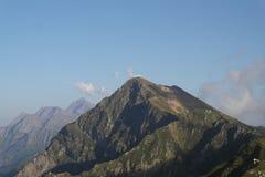 το σπάσιμο ΚΑΠ χιονοστιβάδων που αφέθηκε το βουνό την έτοιμη σωστή σκιά έλαμψε κορυφή χιονιού κλίσεων στην κορυφή Στοκ Φωτογραφία