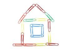 το σπίτι έννοιας συνδετήρων απομόνωσε το πολύχρωμο έγγραφο στοκ φωτογραφία