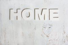 Το σπίτι λέξης φιαγμένο από ξύλινες επιστολές σε ένα άσπρο υπόβαθρο παλαιό W Στοκ εικόνες με δικαίωμα ελεύθερης χρήσης