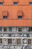 Το σπίτι αναγέννησης ` κάτω από ένα μικρό ` διακόσμησε με τις sgraffito σκηνές τεχνικής από την ελληνική μυθολογία, παλαιά πλατεί στοκ φωτογραφία με δικαίωμα ελεύθερης χρήσης