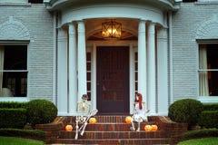 Το σπίτι είναι διακοσμημένο για αποκριές: Δύο σκελετοί με το πορτοκάλι στοκ φωτογραφία με δικαίωμα ελεύθερης χρήσης