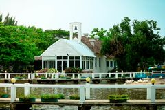 Το σπίτι είναι κοντά στον ποταμό στοκ εικόνα με δικαίωμα ελεύθερης χρήσης