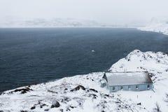 Το σπίτι είναι στην άκρη της γης Η βόρεια περιοχή της Ρωσίας, Teriberka Στοκ εικόνες με δικαίωμα ελεύθερης χρήσης