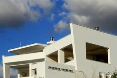 Το σπίτι είναι σύγχρονος και μοντέρνος μπλε ουρανός τοίχων παραθύρων άσπρος στοκ εικόνα με δικαίωμα ελεύθερης χρήσης