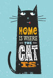 Το σπίτι είναι όπου η γάτα είναι Αστείο απόσπασμα για τα κατοικίδια ζώα Διανυσματική σημαντική έννοια τυπωμένων υλών τυπογραφίας  Στοκ Φωτογραφία