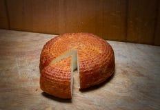 Το σπίτι κάπνισε το αγροτικό τυρί στον πίνακα κουζινών Στοκ Φωτογραφία