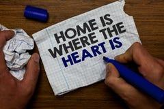 Το σπίτι κειμένων γραψίματος λέξης είναι πότε η καρδιά είναι Η επιχειρησιακή έννοια για το σπίτι σας είναι όπου αισθάνεστε άνετο  στοκ φωτογραφίες με δικαίωμα ελεύθερης χρήσης