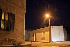 το σπίτι οι φωτεινοί σηματοδότες τα παράθυρα σταυροδρομιών σκοταδιού νύχτας στοκ εικόνες