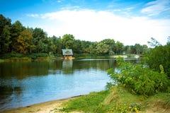 Το σπίτι στα ξύλα κοντά στον ποταμό Στοκ φωτογραφία με δικαίωμα ελεύθερης χρήσης