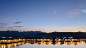 Το σπίτι στο ηλιοβασίλεμα άποψης Lanscape νερού Στοκ εικόνα με δικαίωμα ελεύθερης χρήσης