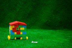 Το σπίτι των κύβων στέκεται στην πράσινη χλόη στοκ φωτογραφία με δικαίωμα ελεύθερης χρήσης