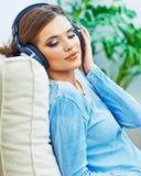 το σπίτι χαλαρώνει τη γυναίκα Μουσική ακούσματος κοριτσιών Στοκ φωτογραφία με δικαίωμα ελεύθερης χρήσης