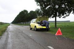 το σπασμένο αυτοκίνητο έχει κάτω Στοκ Φωτογραφία