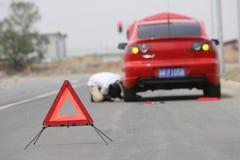 το σπασμένο αυτοκίνητο έχ&ep Στοκ φωτογραφίες με δικαίωμα ελεύθερης χρήσης
