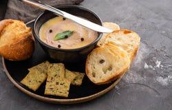 Το σπιτική πατέ συκωτιού κοτόπουλου ή η κόλλα εξυπηρέτησε με τη σπιτική σάλτσα ψωμιού και των βακκίνιων πέρα από έναν αγροτικό ξύ Στοκ Εικόνες