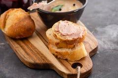 Το σπιτική πατέ συκωτιού κοτόπουλου ή η κόλλα εξυπηρέτησε με τη σπιτική σάλτσα ψωμιού και των βακκίνιων πέρα από έναν αγροτικό ξύ Στοκ φωτογραφία με δικαίωμα ελεύθερης χρήσης