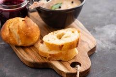 Το σπιτική πατέ συκωτιού κοτόπουλου ή η κόλλα εξυπηρέτησε με τη σπιτική σάλτσα ψωμιού και των βακκίνιων πέρα από έναν αγροτικό ξύ Στοκ εικόνες με δικαίωμα ελεύθερης χρήσης