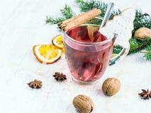 Το σπιτικό βουτύρου χριστουγεννιάτικο δέντρο καρυδιών διαμόρφωσε το μπισκότο με την τήξη, το πεύκο, τις πορτοκαλιές φέτες, την κα Στοκ Εικόνα