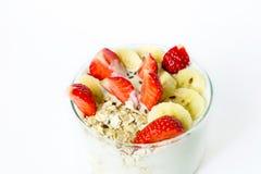 Το σπιτικό γιαούρτι με τη βρώμη ξεφλουδίζει τη φράουλα και την μπανάνα και το λινάρι s Στοκ φωτογραφία με δικαίωμα ελεύθερης χρήσης