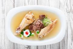 Το σπιτικό κοτόπουλο ζελατίνας διακόσμησε με τα πράσινα και τα αυγά στο πιάτο ξύλινο στενό σε επάνω υποβάθρου Στοκ εικόνα με δικαίωμα ελεύθερης χρήσης