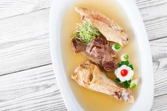 Το σπιτικό κοτόπουλο ζελατίνας διακόσμησε με τα πράσινα και τα αυγά στο πιάτο ξύλινο στενό σε επάνω υποβάθρου Στοκ φωτογραφία με δικαίωμα ελεύθερης χρήσης