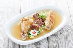 Το σπιτικό κοτόπουλο ζελατίνας διακόσμησε με τα πράσινα και τα αυγά στο πιάτο ξύλινο στενό σε επάνω υποβάθρου Στοκ φωτογραφίες με δικαίωμα ελεύθερης χρήσης