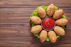 Το σπιτικό κρέας βόειου κρέατος, αρνιών, αιγών ή καμηλών Kibbeh γέμισε bulgur το πικάντικο κεφτές kofta Στοκ εικόνα με δικαίωμα ελεύθερης χρήσης
