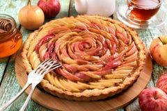 Το σπιτικό μήλο αυξήθηκε κέικ Υγιές εύγευστο κέικ με το τσάι, μέλι Στοκ φωτογραφία με δικαίωμα ελεύθερης χρήσης