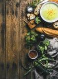 Το σπιτικό μπιζέλι, μπρόκολο, κολοκύθια αποβουτυρώνει τη σούπα με το ψωμί, διάστημα αντιγράφων Στοκ φωτογραφία με δικαίωμα ελεύθερης χρήσης