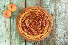 Το σπιτικό νόστιμο μήλο αυξήθηκε πίτα στο shabby μπλε αγροτικό υπόβαθρο Στοκ εικόνα με δικαίωμα ελεύθερης χρήσης