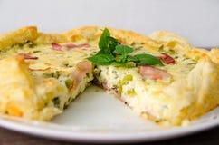 Το σπιτικό πίτα αυγών σπανακιού και μπέϊκον σε μια κρούστα πιτών έκοψε το κομμάτι στο πιάτο Γαλλική κουζίνα Στοκ Φωτογραφία