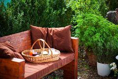 Το σπιτικό πρόγευμα στο καλάθι πικ-νίκ στον κήπο Στοκ φωτογραφία με δικαίωμα ελεύθερης χρήσης