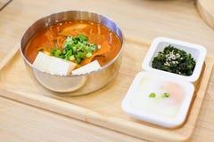 Το σπιτικό σύνολο τροφίμων αποτελείται από το πικάντικο μπέϊκον σούπας kimchi, slic Στοκ Εικόνες