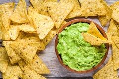 Το σπιτικό guacamole με το καλαμπόκι πελεκά τη τοπ άποψη στοκ εικόνα με δικαίωμα ελεύθερης χρήσης