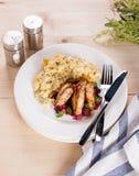 Το στήθος κοτόπουλου που ψήνεται στη σχάρα ανακατώνει τη σάλτσα μούρων αυγών Στοκ εικόνες με δικαίωμα ελεύθερης χρήσης