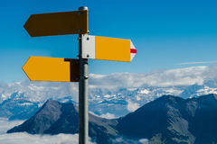 Το σταυροδρόμι καθοδηγεί στην κενή έννοια διαθέσιμη, τη σύγχυση ή τις αποφάσεις, στα ελβετικά όρη Στοκ Φωτογραφία