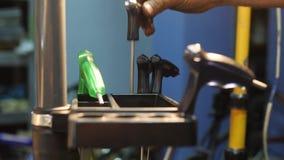 Το στενός-uo των χεριών ατόμων βάζει τα εργαλεία στο διοργανωτή στο εργαστήριο απόθεμα βίντεο