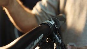 Το στενός-uo των χεριών συγκεντρώνει ένα ποδήλατο βουνών στο εργαστήριό του απόθεμα βίντεο