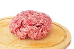 το στενό κρέας που κομματιάζεται προετοιμάζει έτοιμο επάνω Στοκ Φωτογραφία