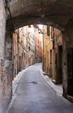 Το στενό σχημάτισε αψίδα τη ρομαντική αλέα σε Gubbio, Ιταλία Στοκ φωτογραφία με δικαίωμα ελεύθερης χρήσης