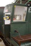 Το στενό τραίνο μετρητών που τρέχει το μήκος των φέρνοντας επιβατών αποβαθρών Hythe σε και από το πορθμείο σε Southampton που λαμ Στοκ Εικόνα