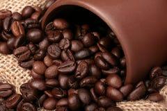 το στενό φλυτζάνι καφέ έχυσ Στοκ Εικόνα