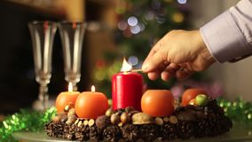Το στεφάνι εμφάνισης με τα κεριά κλείνει επάνω απόθεμα βίντεο
