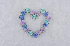 Το στεφάνι μορφής καρδιών που έγινε από τον μπλε τόνο αυξήθηκε λουλούδια εγγράφου Στοκ φωτογραφίες με δικαίωμα ελεύθερης χρήσης