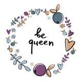 Το στεφάνι μούρων με τις καρδιές και η φράση είναι βασίλισσα Στοκ φωτογραφία με δικαίωμα ελεύθερης χρήσης