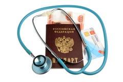 Το στηθοσκόπιο με το διαβατήριο, τα χρήματα και το ιατρικό ασφαλιστήριο συμβόλαιο είναι Στοκ Φωτογραφίες