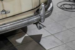 Το στοιχείο της πλάτης του σώματος του παλαιού σοβιετικού αναδρομικού χρωμίου αυτοκινήτων κάλυψε gaz τον προφυλακτήρα m20 και το  στοκ φωτογραφία με δικαίωμα ελεύθερης χρήσης