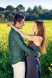 Το στοργικό νέο ζεύγος σε μια αγάπη αγκαλιάζει. Στοκ Εικόνες